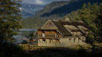 La hostería está ubicada a orillas del lago Correntoso.