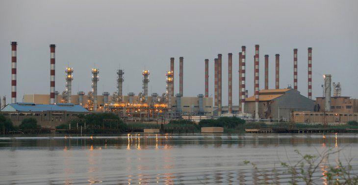 FOTO DE ARCHIVO: Una vista general de la refinería de petróleo de Abadan en el suroeste de Irán