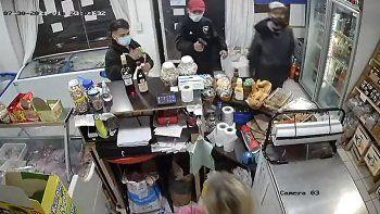 Video: simularon ser clientes, le gatillaron y le robaron alcohol