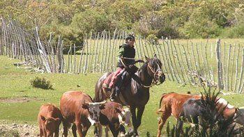 a la escuela a caballo: el sacrificio de una madre rural para educar a sus diez hijos