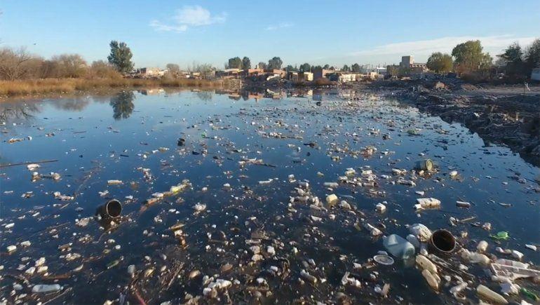 Desde el drone: Laguna Paimún, donde todos los días aparecen nuevos residuos