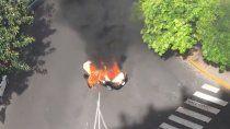 un taxi exploto, se incendio y siguio circulando prendido fuego