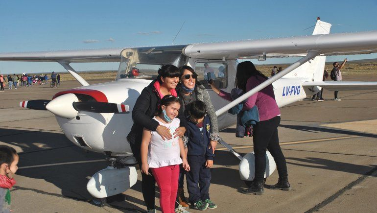 Exhibieron en Zapala réplicas de viejos aviones