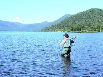 La pesca, junto con el esquí, es la principal actividad turística de Neuquén.