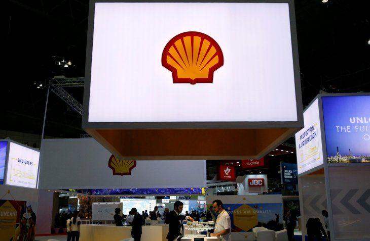 Imagen de archivo de miembros del personal trabajan en la cabina de Royal Dutch Shell en Gastech