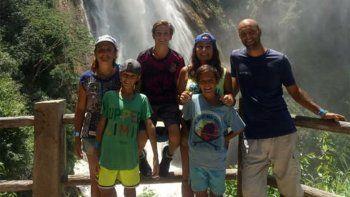 Una familia viajera vende rifas para poder volver a San Martín