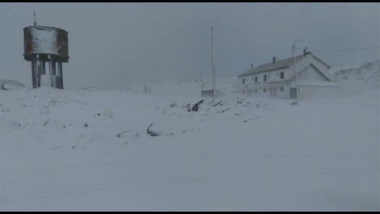A días del invierno, el paisaje de Copahue se pintó de blanco