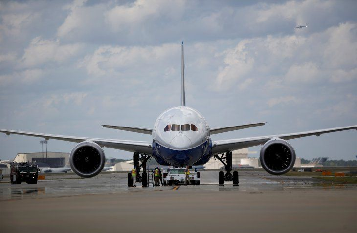 FOTO DE ARCHIVO: Trabajadores revisan el nuevo Boeing 787-10 Dreamliner después de su primer vuelo de prueba en el Aeropuerto Internacional de Charleston
