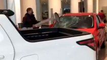 video: enloquecio y destruyo autos 0km de una concesionaria
