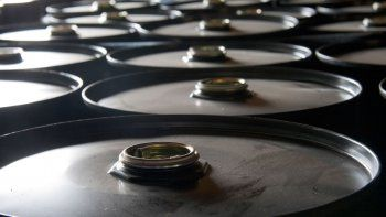 petroleo en baja: ¿se viene otro decreto del barril criollo?