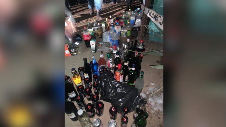 La Policía secuestró una importante cantidad de bebidas alcohólicas en la fiesta clandestina.