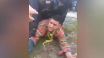 Una policía quedó grabada cuando intentaba impedir el arresto de su sobrino