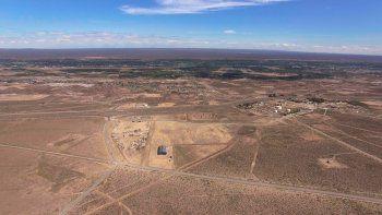 Desde el aire se pueden ver algunos galpones (Tipsa y Crexell), pero en los alrededores hay terrenos donde nunca se invirtió. Algunos especulan con el precio de la tierra, aún sin servicios.