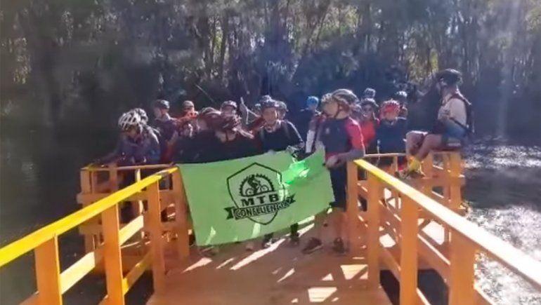 Ciclistas rompieron un mirador, lo viralizaron y provocaron indignación