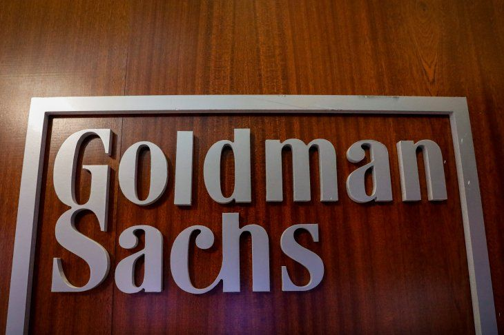 Imagen de archivo del logo de la compañía Goldman Sachs en el sector de la compañía en la Bolsa de Valores de Nueva York en Nueva York
