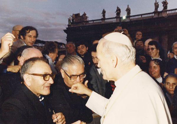 El padre Jacinto Sábile (izquierda) unto con el Papa Juan Pablo II.