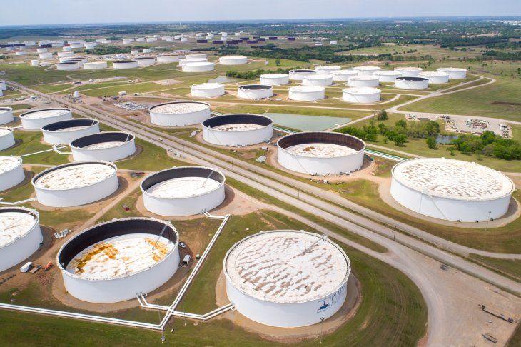 FOTO DE ARCHIVO. Tanques de almacenamiento de petróleo crudo en el centro petrolero de Cushing