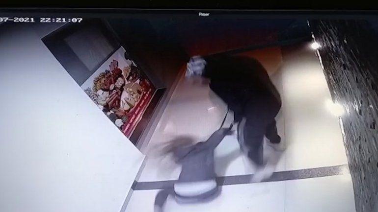 Video: violento robo a una joven en el palier de su edificio