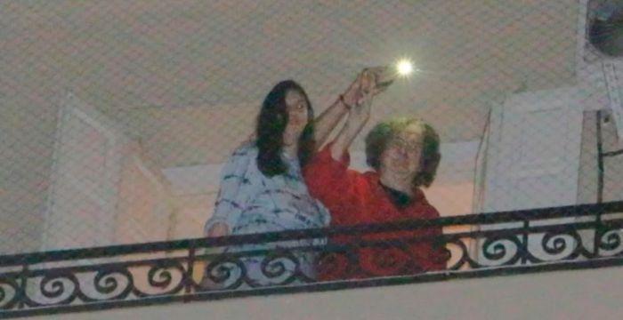 Charly salió al balcón junto a su novia para celebrar su cumpleaños 69 años con sus fans.