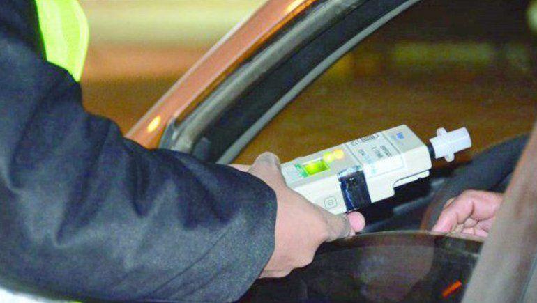 Borrachos peligrosos: esta vez chocaron un auto estacionado en el oeste