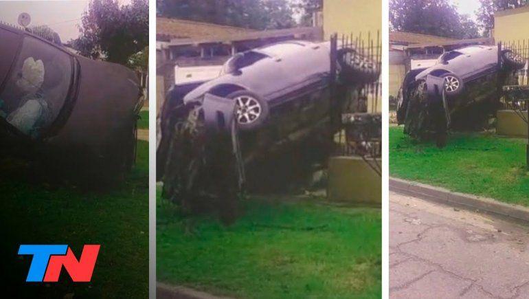Así quedó el auto tras el choque. Los nenes salieron corriendo, sin heridas.