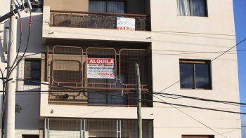 En la ciudad hay muchos carteles de propiedades en venta pero muy pocos compradores.