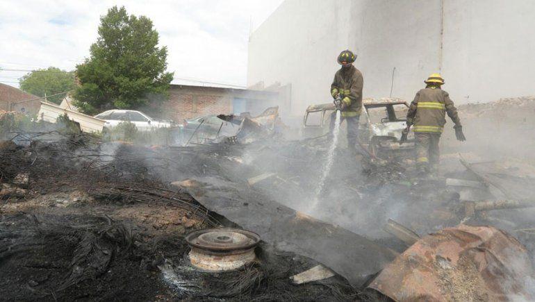 Una chispa desató un incendió en un depósito de autos