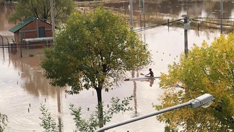 Aprovechó la lluvia y salió a andar en kayak por las calles