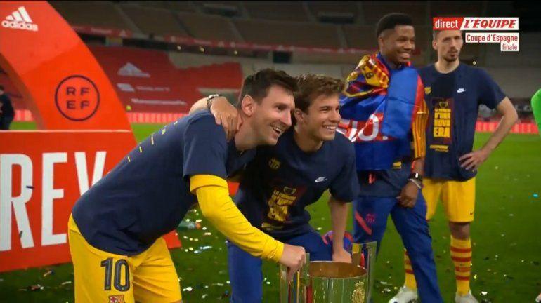 Los más pibes del Barcelona, hacían fila para sacarse una foto con Messi