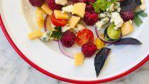 receta fresca: ensalada de queso ahumado y frambuesas