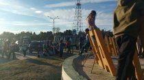 mujeres desocupadas cortan el transito en la ruta 22 en cutral co