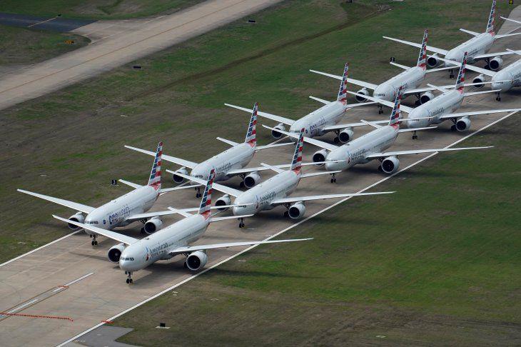 Imagen de archivo de aviones de American Airlines aparcados por la pandemia de coronavirus en una pista del Aeropuerto Internacional de Tulsa