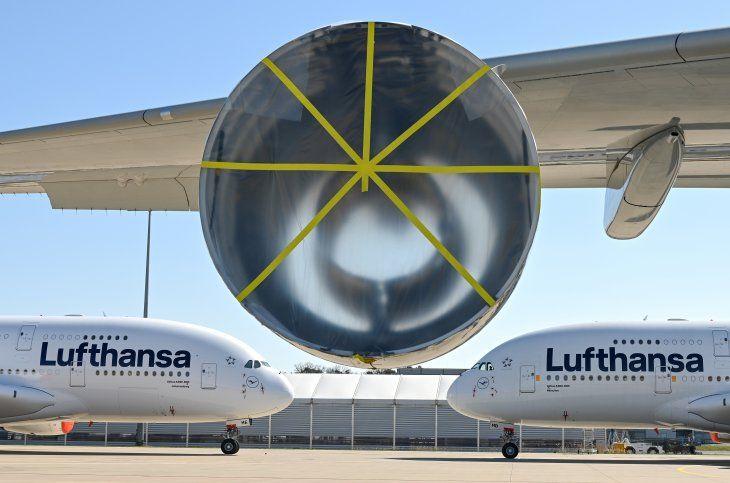 FOTO DE ARCHIVO: Dos Airbus A380-800 de Lufthansa están aparcados mientras el tráfico aéreo se ve afectado por la propagación del coronavirus
