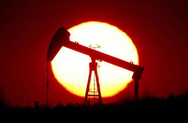 FOTO DE ARCHIVO: El sol se pone detrás de una bomba de petróleo en las afueras de Saint-Fiacre
