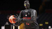 un robot sorprendio a todos en tokio: metio un triple desde la mitad de la cancha