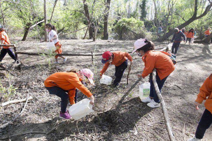 En las visitas guiadas los chicos participan activamente del cuidado del Jardín Botánico de Plottier.