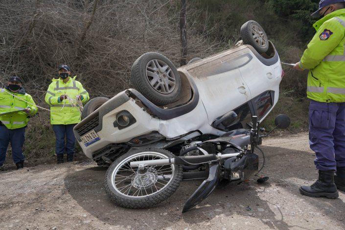 Una moto quedó debajo del techo de un auto en un choque frontal