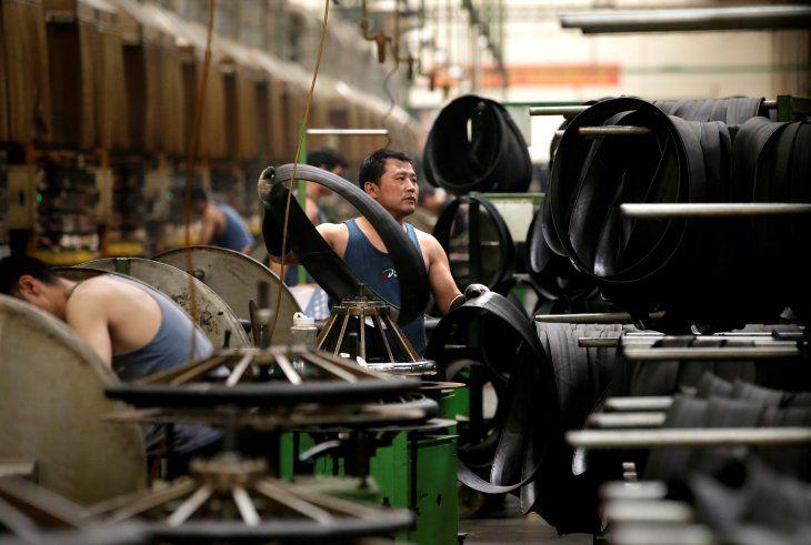 FOTO DE ARCHIVO: Un empleado trabaja en la línea de producción de una fábrica de neumáticos en Xingtai