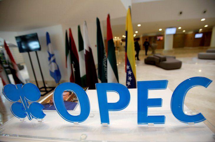 FOTO DE ARCHIVO: El logo de la OPEP antes de una reunión informal entre miembros de la Organización de Países Exportadores de Petróleo (OPEP) en Argel