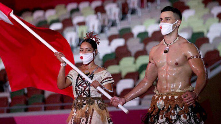 Viral: ¿quién es el abanderado de Tonga que roba miradas en los Juegos Olímpicos Tokio 2020?