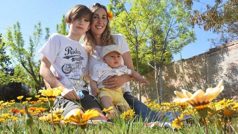 Eleana Peralta junto a sus hijos Facundo (12) y Fausto (5 meses)