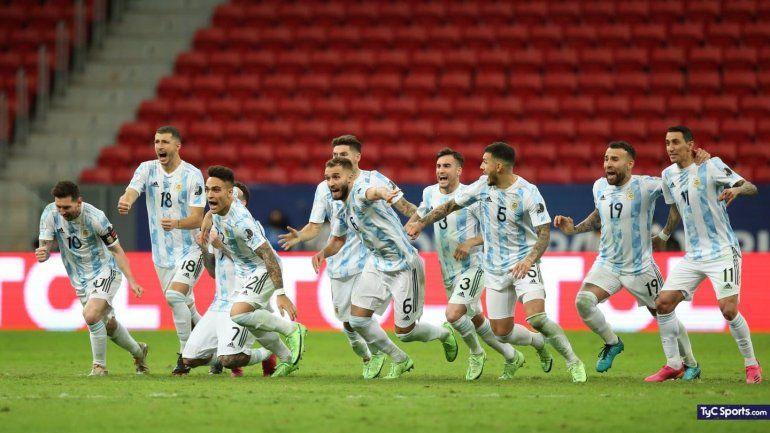 Dibu Martínez brilló en los penales y Argentina jugará la final con Brasil