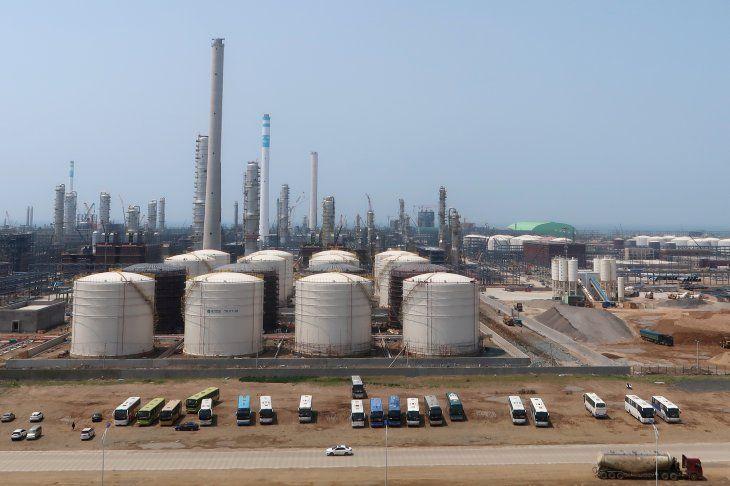 Imagen de archivo del complejo de refinación petroquímico de Hengli Petrochemical en la isla de Changxing en Dalian