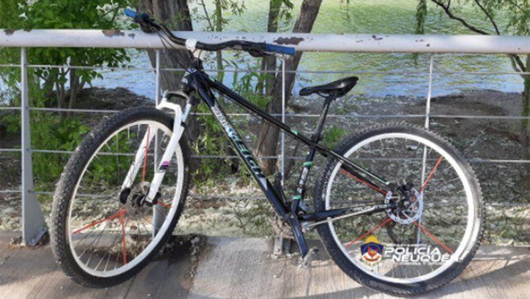 Detuvieron a un adolescente con un arma y una bici robada