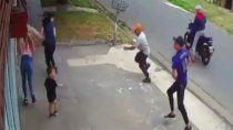 video: un nene de dos anos quedo en medio de un brutal robo