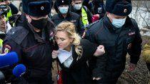medicos y corresponsales de cnn, detenidos frente a la carcel de navalny