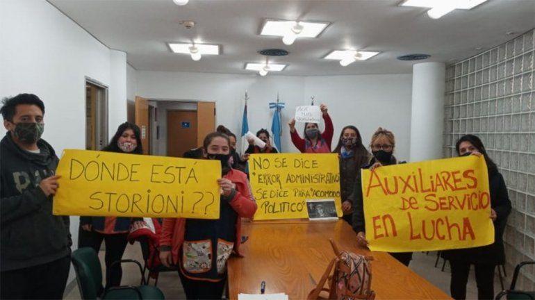 Auxiliares despedidos protestan en el Consejo de Educación