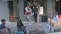 una maestra le dio clases a ninos en la vereda de su casa y se volvio viral