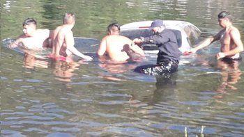 Turistas dejaron sin freno de mano el auto y terminó en medio del río