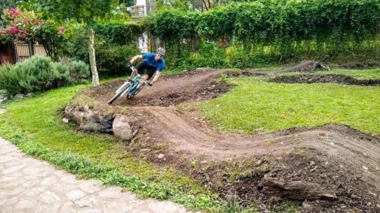 Ciclista tucumano construyó un circuito en el patio de su casa